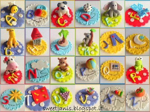 Un'idea divertente per coinvolgere i bambini con delle golose cupcakes dai mille colori! Occorrente Cupcakes che preferite Frosting alla vaniglia (ho scelto il frosting alla vaniglia, che è di colore bianco, per esaltare i colori dei toppers) Pasta di zucchero colorata (bianco, azzurro,...