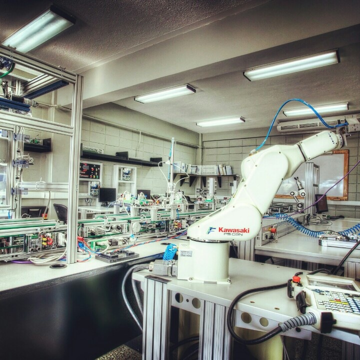Laboratorio de Mecatronica, este lugar está equipado con tecnología de punta, donde realizan sus practicas los estudiantes de ingenierías. Y es en un lugar así que deseo desempeñarme!