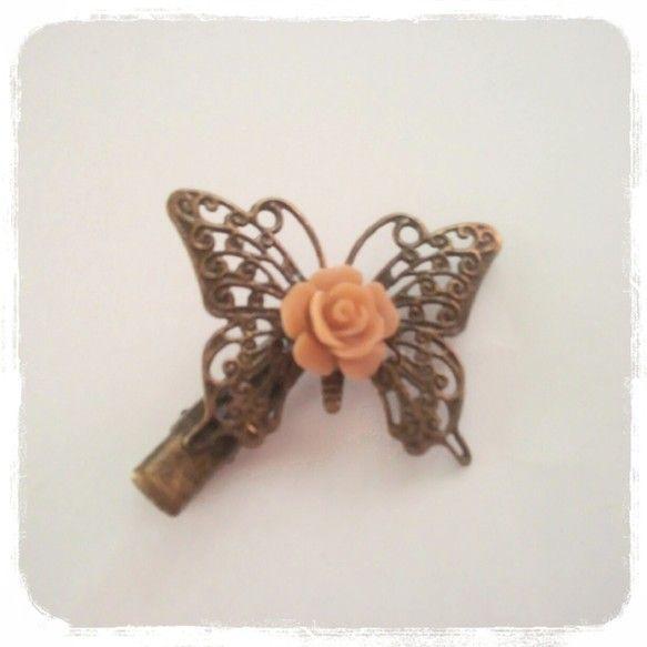 ヘアクリップバラは樹脂ねんどです(^-^)vクリップ3㌢蝶々縦3㌢横3.5㌢髪飾りにジャケットのえりに帽子の飾りにいろいろな使い方があります!|ハンドメイド、手作り、手仕事品の通販・販売・購入ならCreema。