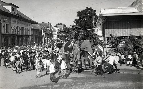 Parade in Bandoeng with elephants and large puppets on occasion of the centennial independence of The Netherlands in 1913.