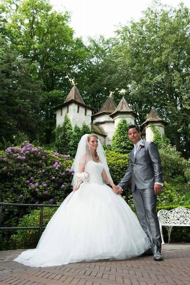 Samantha Buijnsters-Zonnevijlle en haar man kozen voor het sprookjesachtige kasteel van Doornroosje als hun decor voor de trouwfoto