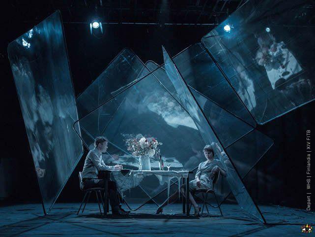 Iberoamerican Theater Festival 2014  -- vertikale Spiegel, verdreht, gekippt -- Fläche für Projektion.