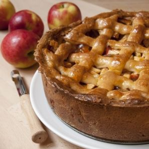 Hollandse appeltaart - Dutch apple pie. Met afgekeurde (door een rot plekje of rimpeltje onverkoopbaar) biologische goudrenetten. Het ruikt hier heerlijk!: