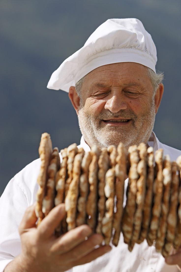 Ultner Brot - Handgeschütteltes #Schüttelbrot macht Richard Schwienbacher jeden Tag.