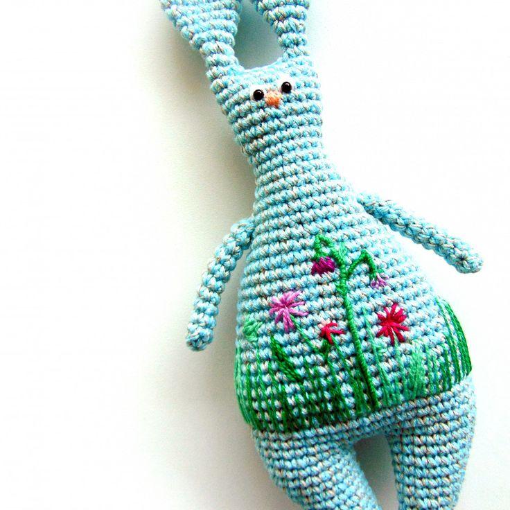 Вязаная игрушка Заяц Макар ручной работы светло-голубого цвета с доставкой по России и СНГ