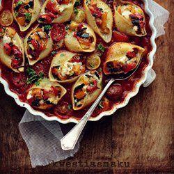 Makaron muszle zapiekany w gęstym sosie pomidorowym z nadzieniem z grillowanych warzyw, mozzarelli i mascarpone. Muszle faszerowane i zapiekane w sosie. Danie wegetariańskie, makaronowe, zapiekanka z makaronu.
