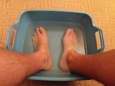 Môjmu manželovi poradil známy doktor aby som si nohy ponorila do vody s jedlou sódou. Po niekoľkých minútach som zistila, že to čo tvrdil naozaj funguje! | Báječné Ženy