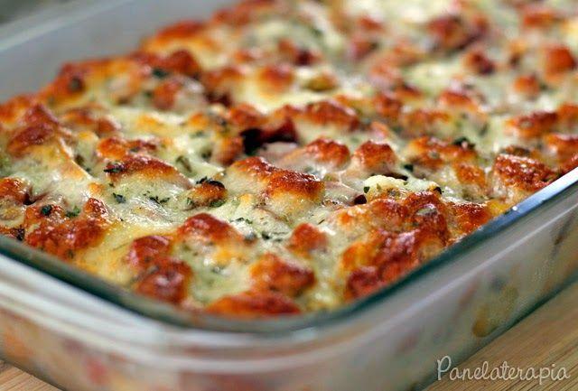 Torta Bruschetta Ingredientes: 2 pães salgados (francês, pão de sal, etc) cortados em fatias não muito finas; 1 gomo de calabresa defumada picado em cubinhos; 1/2 cebola pequena picada em cubos; 1/2 lata de tomate pelado picado (ou 1 xícara de molho de tomate que você pode acrescentar 1 tomate picado em cubos); 1 colher (café) de orégano; 100g de queijo muçarela 1 ovo; 4 colheres (sopa) de leite; Sal, pimenta do reino e azeite à gosto.