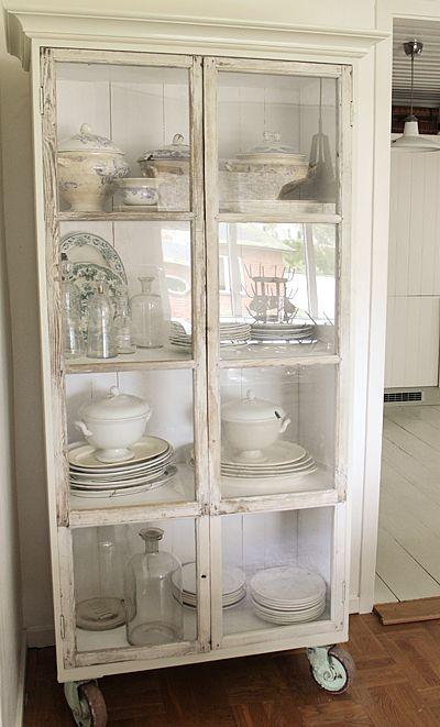 Vintage House - eget vitrinskåp gjort av gamla fönster och råspont