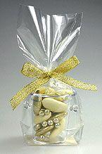 Envie d'originalité ? Craquez pour nos petits seaux à champagne et glissez-y vos dragées ! Emballés dans un sachet cadeau transparent et fermés par un somptueux nœud en satin doré pailleté, ils feront sensation auprès de vos invités ! http://www.mariage.fr/mini-seaux-a-champagne-pvc-avec-dragees.html
