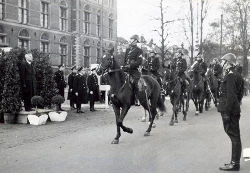 Tweede Wereldoorlog. Een defilé van het Amsterdamse Politie in het kader van  de