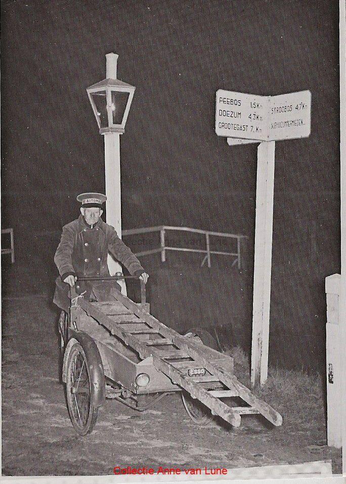 Rienk Postma, lantaarnopsteker in de Mieden bij de brug over de Ald Faert van 1920-1960. De petroleumlantaarns mochten alleen branden van 15 september tot 15 april, niet rond volle maan en alleen 's avonds tot 22.30 uur.