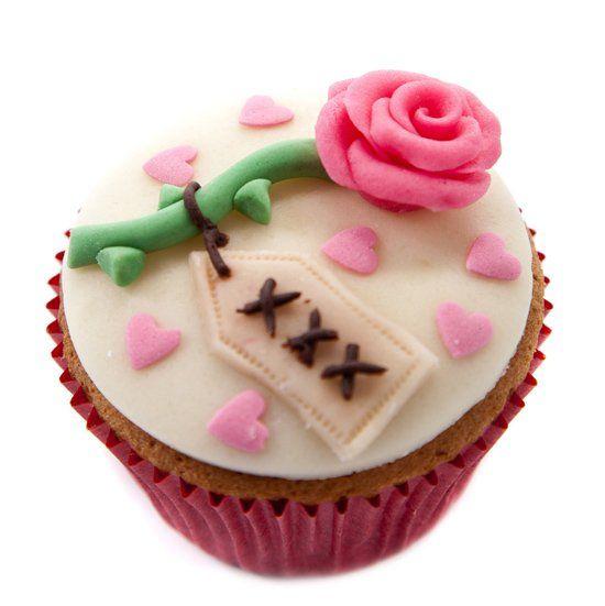 Lieve versierde #cupcakes voor jouw #Valentijn! Versierd met een #roosje waar een kaartje aan zit van #marsepein. Klik op de afbeelding voor het #recept. #valentijnsdag #liefde