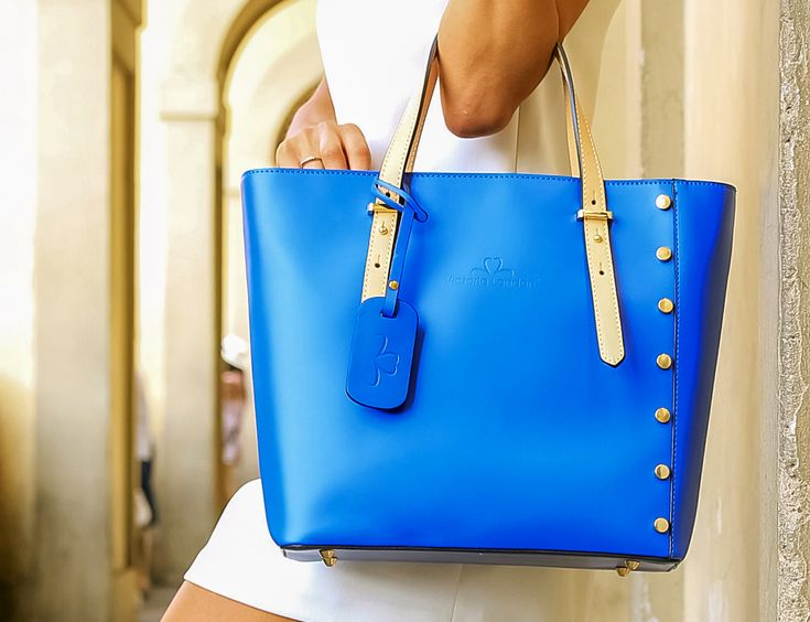 Celebriamo il colore…  Borsa modello Mayfair in vera pelle, made in Italy 100%  👉 www.victorialondon.eu  #victorialondononebag #stylish #shopping #photooftheday #instacool #quality #passion