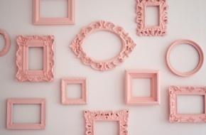verschillende fotolijsten alleen de omlijsting op een witte muur leuk idee!