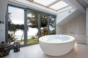 Dieses geräumige und entspannende Bad besteht noch schöner mit dem Boden raumhohen Fenstern, die natürliches Licht passieren zu lassen.