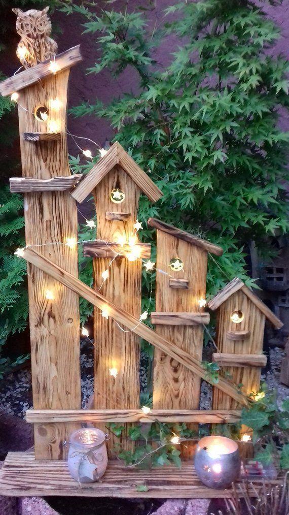 Schöne rustikale, rustikale Deko-Eulenstele aus leicht gebranntem Palettenholz …