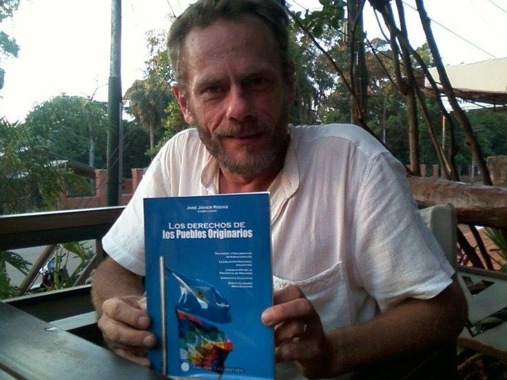 Miguel Hachen creador del Arte Neoguaraní y su ejemplar del libro Los Derechos de los Pueblos Originarios