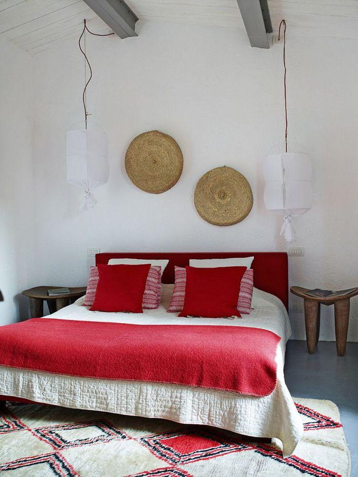 Спальня на втором мансардном этаже. Интересные деревянные табуреты в качестве прикроватных тумбочек.  (средиземноморский,средиземноморский интерьер,средиземноморский дом,средиземноморский стиль,деревенский,сельский,кантри,архитектура,дизайн,экстерьер,интерьер,дизайн интерьера,мебель,спальня,дизайн спальни,интерьер спальни) .