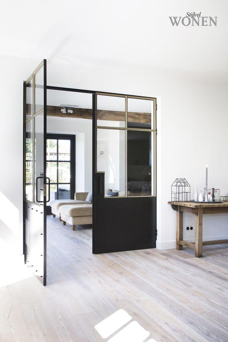 Stijlvol Wonen: het magazine voor warm-hedendaags wonen - ontwerp: Atelier op Zolder - fotografie: Sarah Van Hove #stalendeuren #sidetable #architectuur #blackwhite