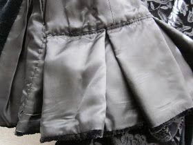 Esta es la chaquetilla del traje de gala que hice para mi muñeca VIVI Está confeccionada en terciopelo negro , combinado con con otro hacien...