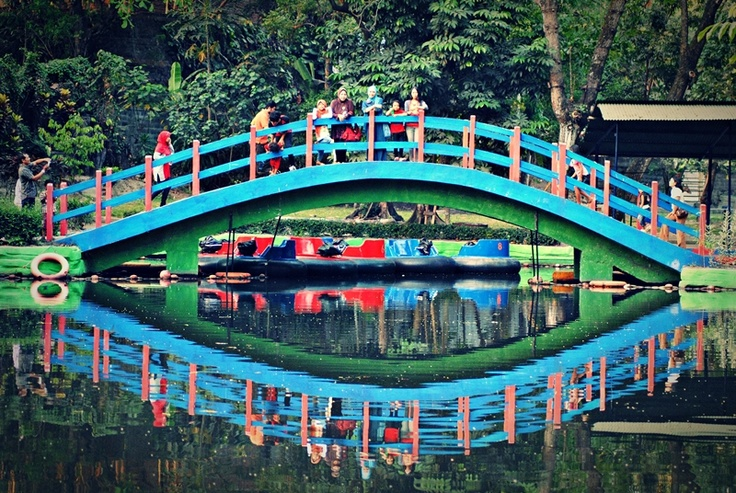 [FOTO] Jembatan Biru - Gembira Loka Zoo - Jogja | NIKON D3000, f/4, exposure time 1/125 sec, ISO 1000, focal length 70 mm, no flash. PhotoScape
