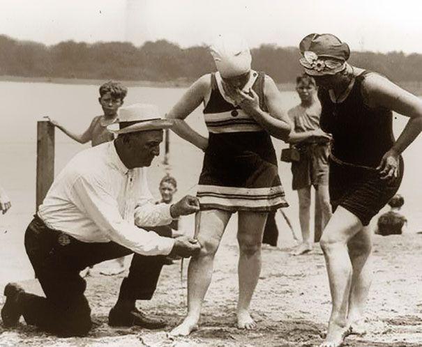 Medir trajes de banho era uma prática comum na década de 1920. Se eles fossem curtos demais, as mulheres eram multadas