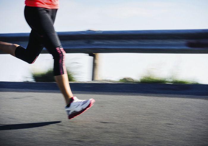 Упражнения для мышц ног можно выполнять даже во время рабочего дня, сидя за столом. Не говоря уже об утренних пробежках и полноценных занятиях в фитнес-зале.