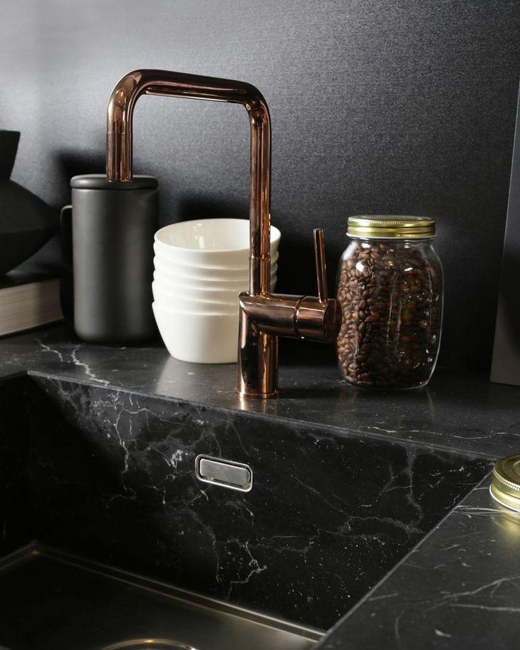 Perfecte match! Zwart marmer met goud- en koperkleurige details. ⠀ ⠀ Bekijk deze keuken via linkin.bio.⠀ ⠀ ⠀ #loods5 #home #interior #interieur #wonen #styling #wooninspiratie #food #loods5keukens #keukens