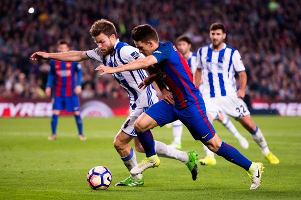 Denis Suarez (R) of FC Barcelona competes for the ball with Asier Illarramendi of Real Sociedad de Futbol during the La Liga match between FC Barcelona and Real Sociedad de Futbol at Camp Nou stadium on April 15, 2017 in Barcelona, Catalonia.