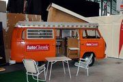 """Die Zeitschrift AutoClassic war mit ihrem mobilen """"Stand"""", einem orangefarbenen T2 Westfalia, auf der Oldtimer-Messe Retro Classics 2008 vertreten"""
