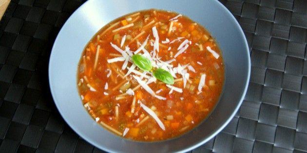 En pragtfuld kombination af bacon, finthakkede grøntsager og tomat er, hvad denne nemme minestronesuppe består af, og det smager intet mindre end forrygende.