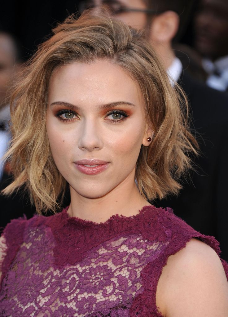 23 most iconic Scarlett Johansson hair and makeup moments -  wavy textured bob| Daily Makeover