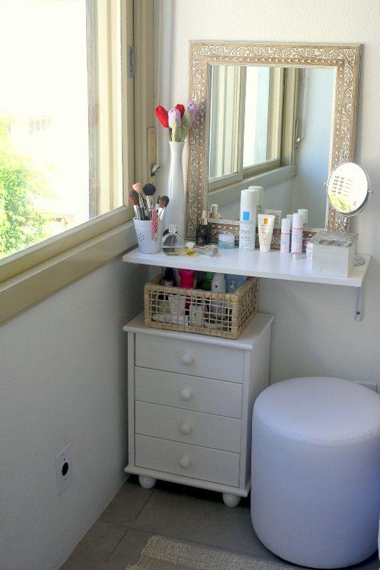 penteadeira em espaço pequeno, mas sem esse criado embaixo e com um espelho branco trabalhado, vai ficar lindo!!