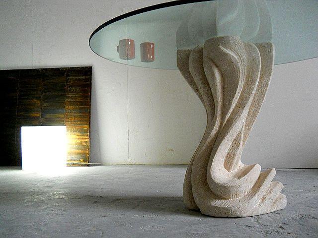 Essenza round top, tavolo in cristallo con basamento in pietra scolpita, lavorazione artistica 100% made in Italy