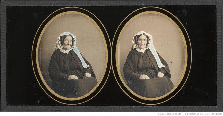[Portrait de femme âgée, à mi-jambes, assise , de trois-quarts à droite] : [photographie] / Non identifié