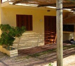 CI32091 - Punta del Diablo - Uruguay. Tipo: Complejo de casas + departamentos. Complejo de casas + departamentos. Hab.: 25 - Cat.: 3* - Estado: Muy bueno. Sup. cub.: 1.000 Mts2 - Terreno: 3.000 Mts2. Ubicado a tan sólo una cuadra de la playa con vista al mar. Cabañas dúplex para 4 o 6 personas y apartamentos para 2 o 4 personas.
