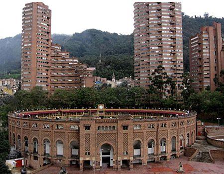 Plaza de Toros de Santamaría, Bogota. Al fondo las Torres del Parque. Colombia