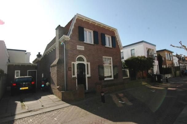 """Zuiderstraat 11; Deze karakteristieke, vrijstaande woning (bouwjaar 1915) met achtertuin op het westen, achterom en oprit, is gelegen aan de rand van de rustige """"Zuidbuurt"""", nabij het centrum van Zandvoort. Dit charmante woonhuis, dat de naam """"Glad-Home"""" draagt, beschikt o.a. over een royale living met erker en 3 slaapkamers."""