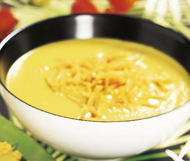 Denna gyllene morotssoppa är både mättande och god. Låt morot, potatis, lök och buljong koka med gurkmeja, kajennpeppar och ingefära före du mixar soppan. Tillsätt sedan grädden och toppa med grovt riven morot före servering.