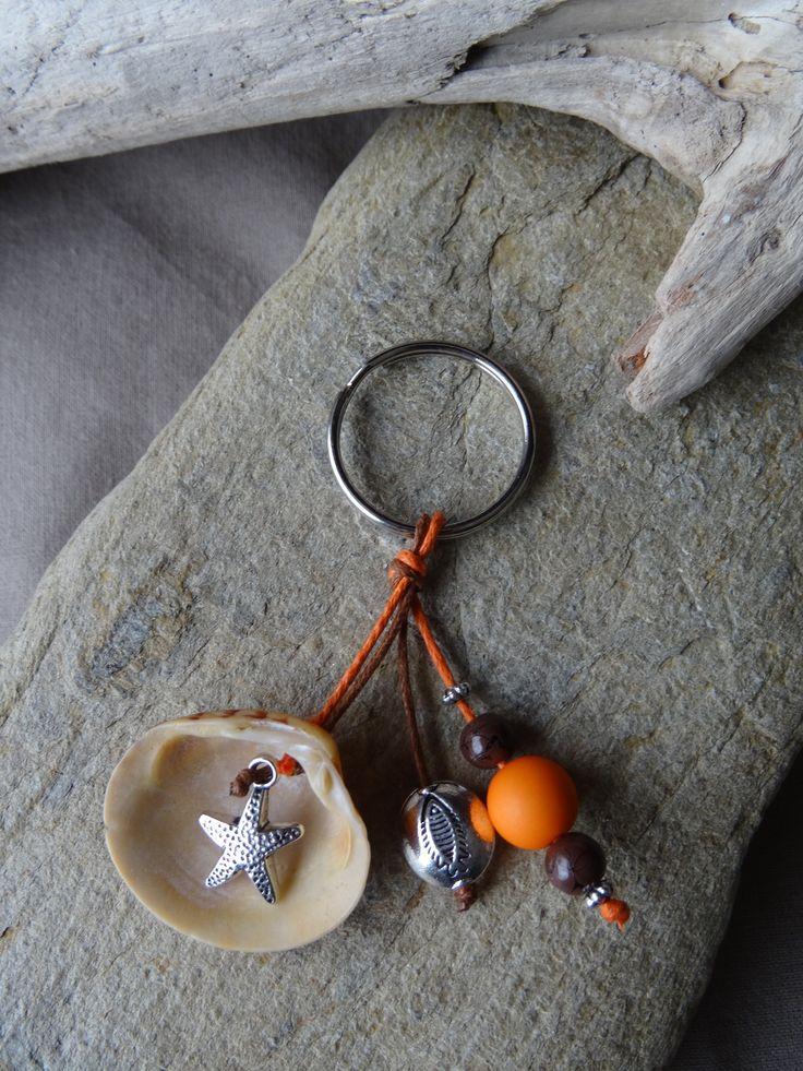 Porte clés et/ou bijou de sac marron et orange avec coquillage FRAIS PORT OFFERT : Porte clés par c-driftwood https://www.etsy.com/fr/shop/CDRIFTWOOD