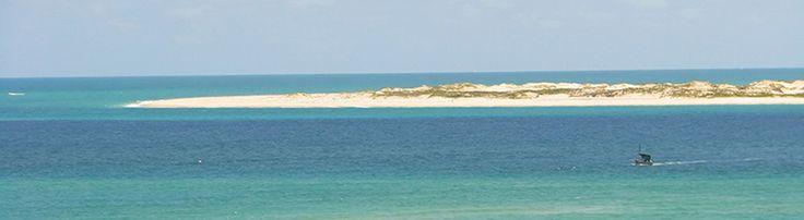 L'isola di Bazaruto (Mozambico) è lunga 37 km e larga 7 ed è la più grande dell'arcipelago omonimo. È abitata da una popolazione di lingua chitswa, che si parla solo nell'isola, dedita in prevalenza alla pesca. Tra le molteplici attrazioni di Bazaruto c'è sicuramente da menzionare il suo ambiente naturale di rara bellezza e le spiagge di sabbia bianca.