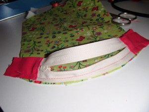 Voici le tuto pour réaliser un porte monnaie de cette forme: Après avoir découpé: - deux fois le gabarit dans le tissu et la doublure, - 13 cm de fermeture éclair (moi j'utilise de la FE au mètre), - 4 bandes de tissu de la largeur de la FE et de 4 cm...