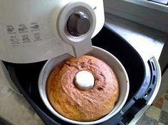 Ingredientes: 1 laranja com casca picada sem a parte branca do meio (tire, senão fica amargo) 1 ovo 1/3 de xícara de óleo 1 xícara de açucar Bata tudo no liquidificador. Coloque numa bacia e misture 1 xícara e meia de farinha e uma colher de chá de fermento. Coloque numa forma untada e enfarinhada (usei forma de diâmetro 16 cm). Tirei a cestinha e fiz com 13 minutos a 180º e mais 13 minutos a 160º
