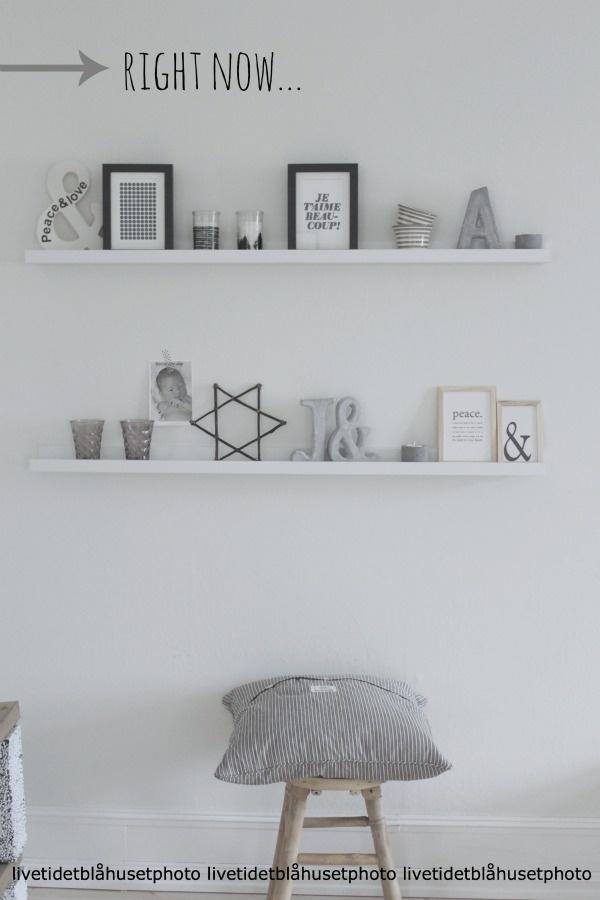 Plankjes met kaarten en lijstjes boven buikkastje