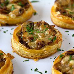 tartelettes aux onions caramélisés, champignons et gruyère / caramelized onion, mushroom, & gruyere puff pastry tartlets.