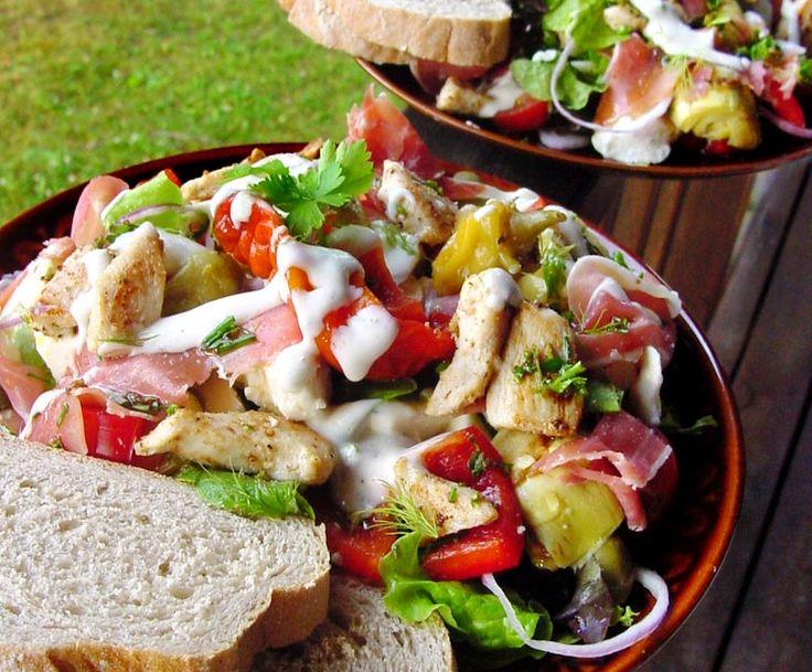 Lyxig sallad med kyckling, lufttorkad skinka, fetaost och mozzarella