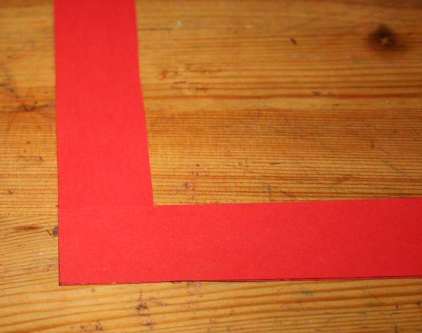 LAVORETTI PER NATALE candelina con molletta di cartoncino, per decorare un centrotavola o per l'albero di Natale; semplice e molto veloce è un lavoretto adatto anche ai bambini più piccoli. da un foglio di cartoncino rosso ritagliate due strisce larghe…