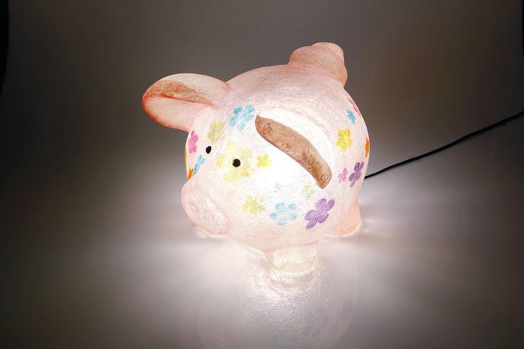 Hippy the Pig- fiberglass lamp   Χειροποίητο φωτιστικό από fiberglass. Μπορεί να χρησιμοποιηθεί ως φως νυκτός (night light) στο παιδικό δωμάτιο, τοποθετημένο σε ράφι ή στο πάτωμα. Από ελαφρύ κι ανθεκτικό υλικό, απόλυτα ασφαλές για τοποθέτηση στο πάτωμα.  Μπορείτε να βάλετε όσα Watt επιθυμείτε, ώστε να φωτίσει όσο θέλετε.  Ντουί: Ε14, βιδωτό  Διαστάσεις: 31 x 30 x 30cm