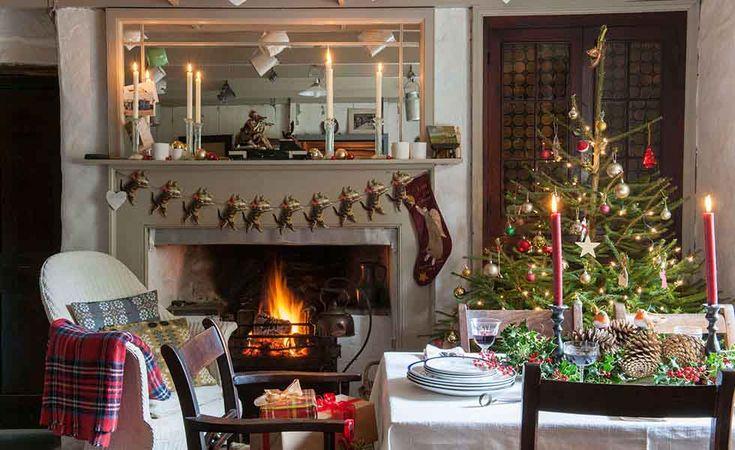 Ricco di arredid'epoca e tesori di famiglia, questocottage del 19° secolo ai margini di un tranquillo villaggio a poche miglia dalla costa nei pressi di Cardigan, nel Galles occidentale, è stato vestito a festa per Natale nel tipico stile Country inglese: addobbi semplici e dai colori tradizi
